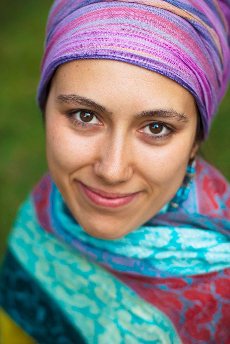 Photo d'une femme au foulard coloré / Portrait extérieur