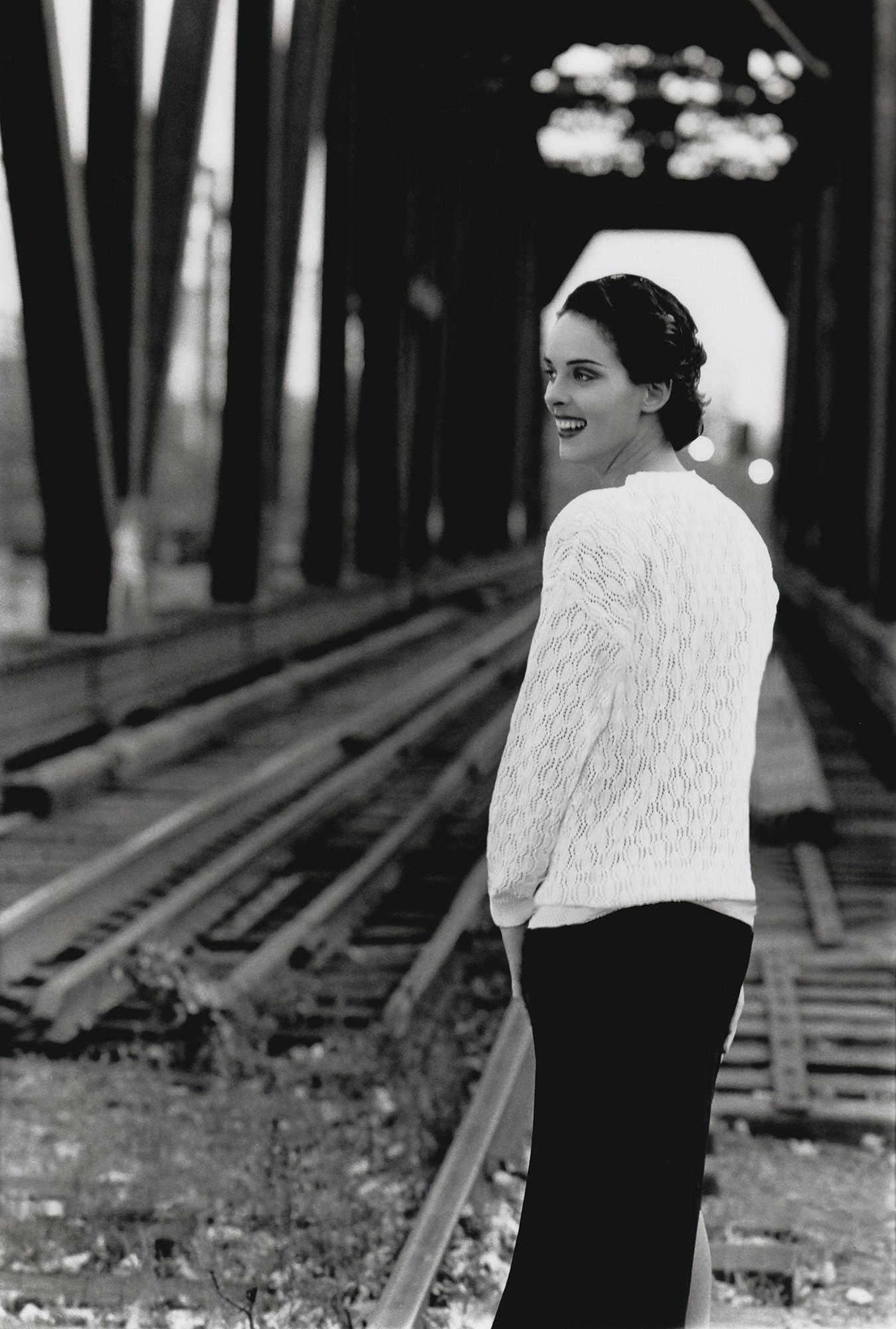 Photo noir et blanc rétro d'une femme sur un pont de train / Photographie de mode rétro à Québec