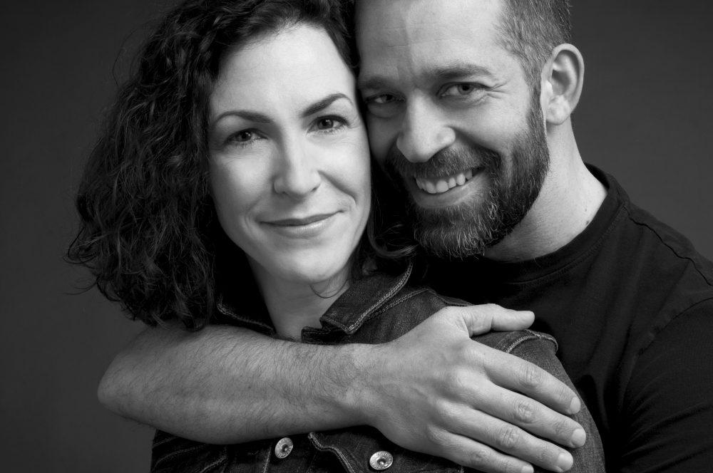 Photographie studio noir et blanc d'amoureux / Portrait de couple dans Portneuf de la région de Québec