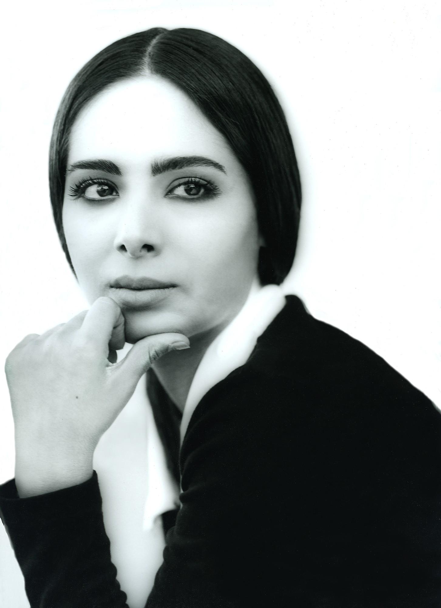 Portrait d'une femme au regard détournée / photographie noir et blanc