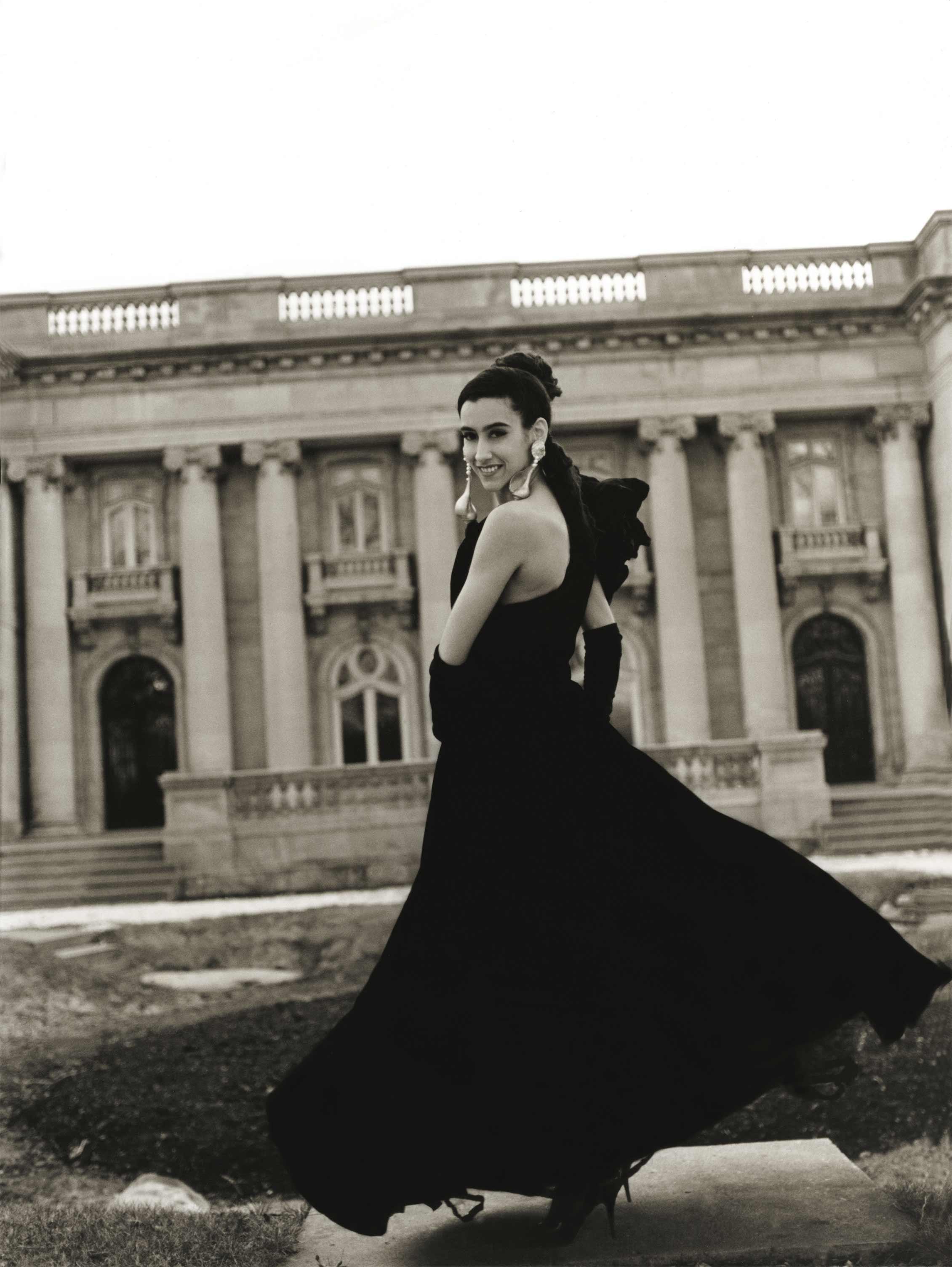 Photo d'un robe de bal devant décor d'architecture classique / Photographie noir et blanc de mode