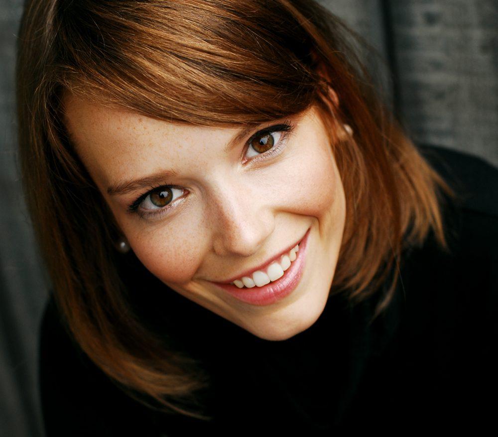 Portrait d'expression souriante et naturelle / Séance photo extérieure de portrait personnel