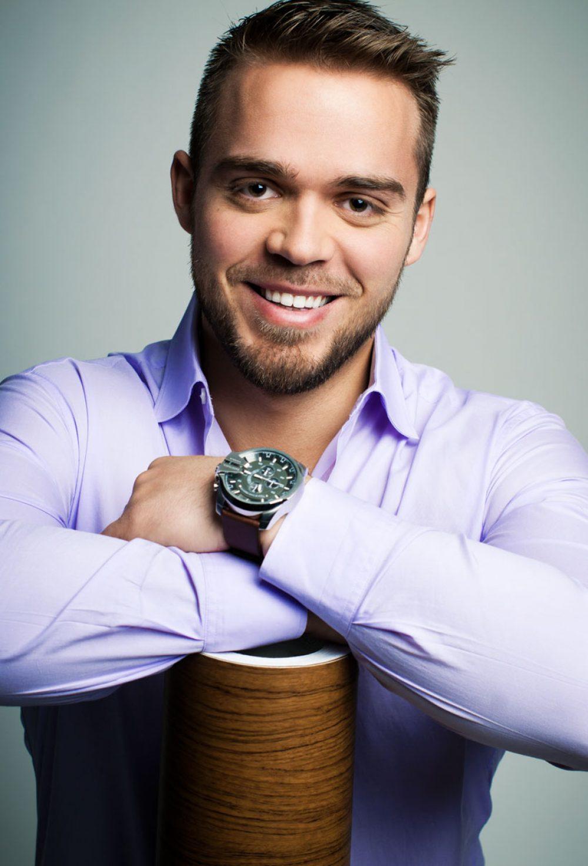 Photo studio d'un jeune entrepreneur / Portrait corporatif pour site web et profil de réseaux sociaux