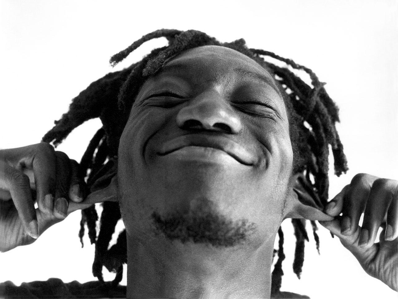 Portrait d'un homme noir aux rastas / Photographie noir et blanc en studio