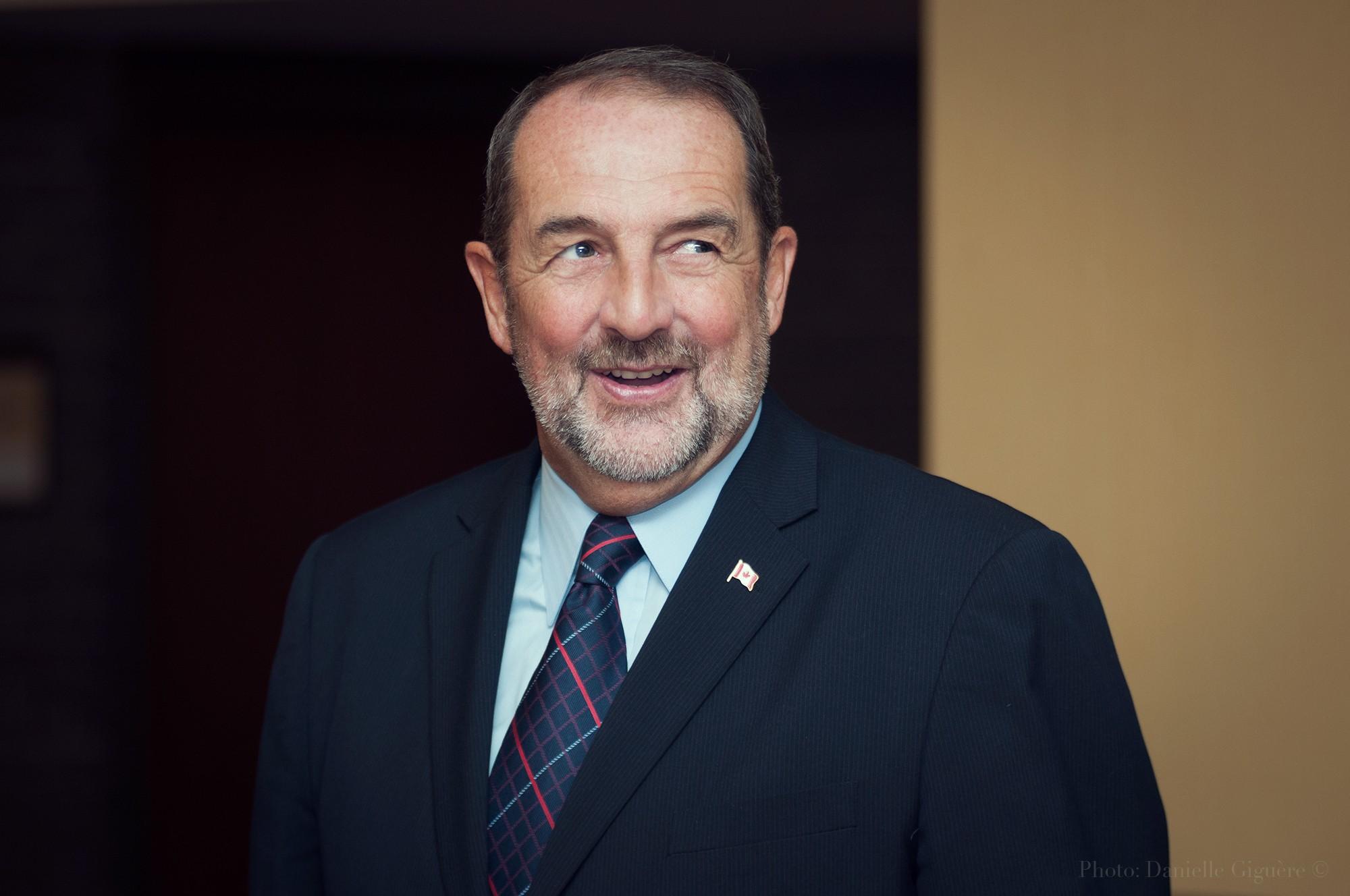 Député des affaires intergouvernementales Denis Lebel donne un discours / Conférence Anges Québec