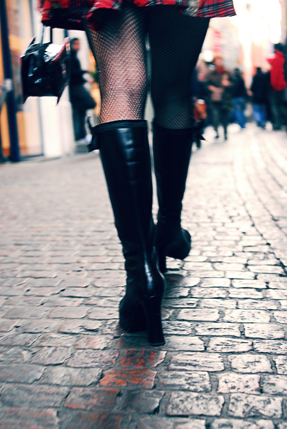 Photo des bottes d'une femme aux bas filet / Photographie de mode à Toulouse, France