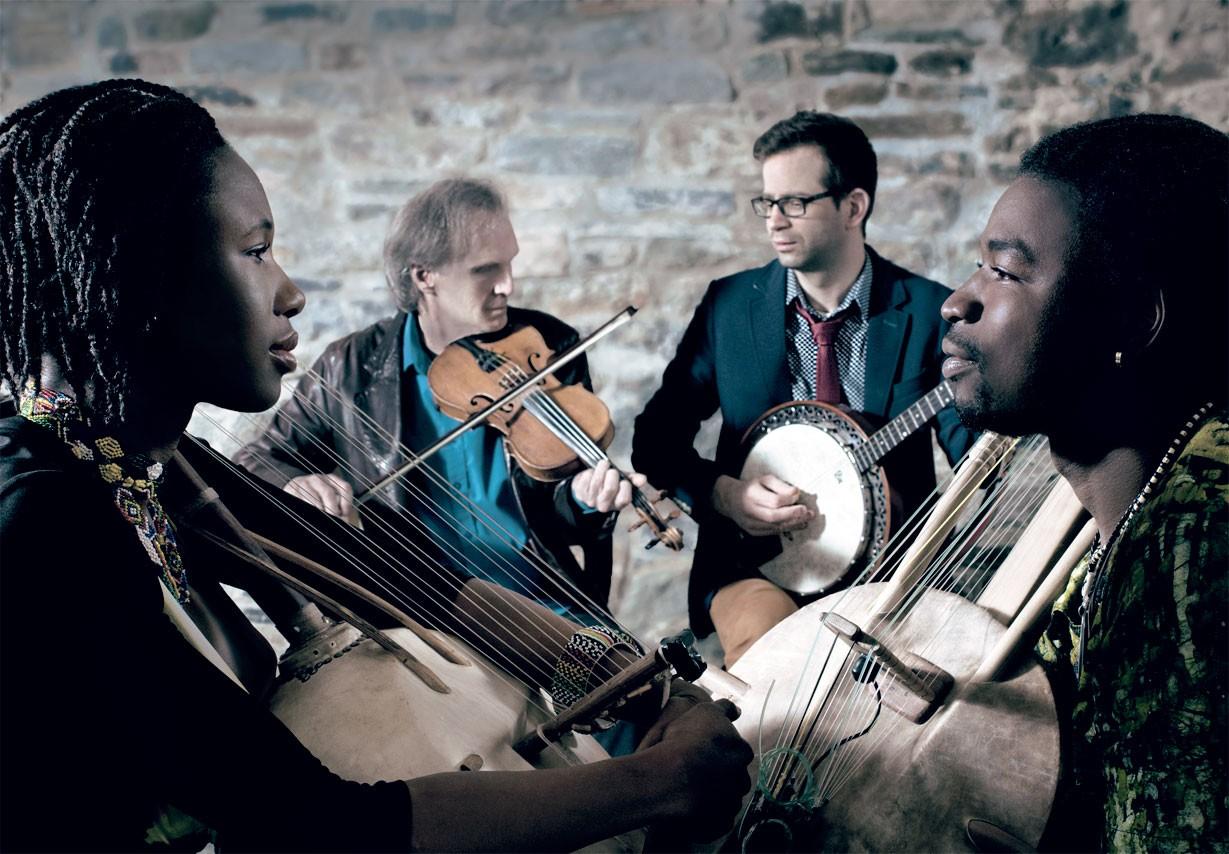 Photo de groupe de musiciens / métissage de musique traditionnelle africaine et québécoise