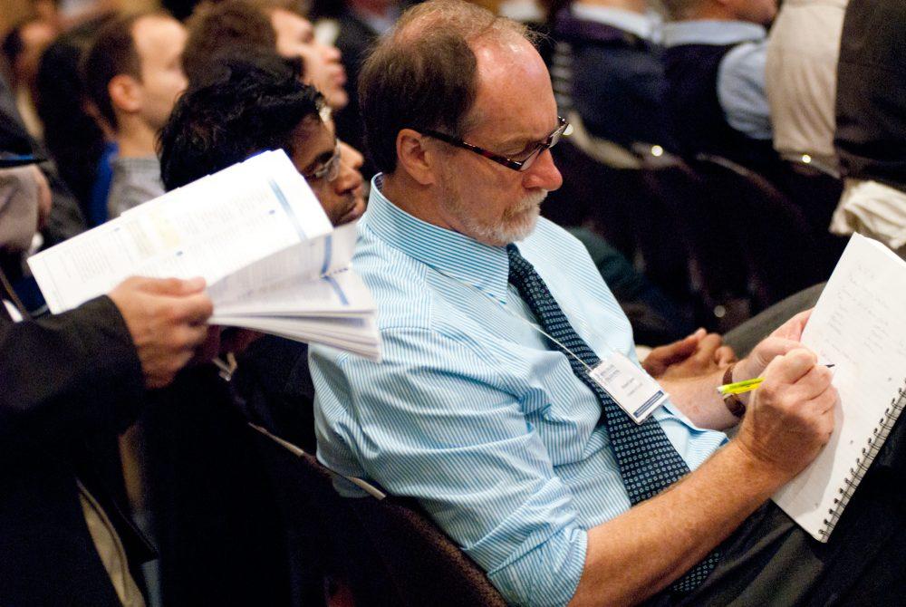 Homme d'affaire dans l'audience durant conférence / Collège Royal des médecins