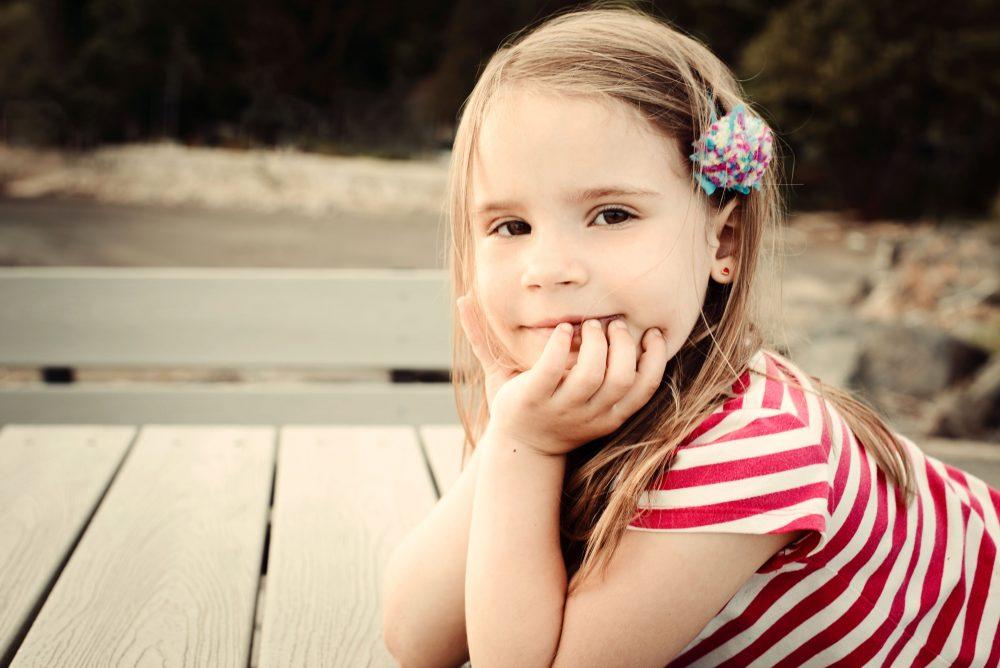 Photo extérieure d'une fillette en lumière naturelle / portrait de famille