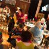 Participants et musicien au Café-Tricot de Donnacona