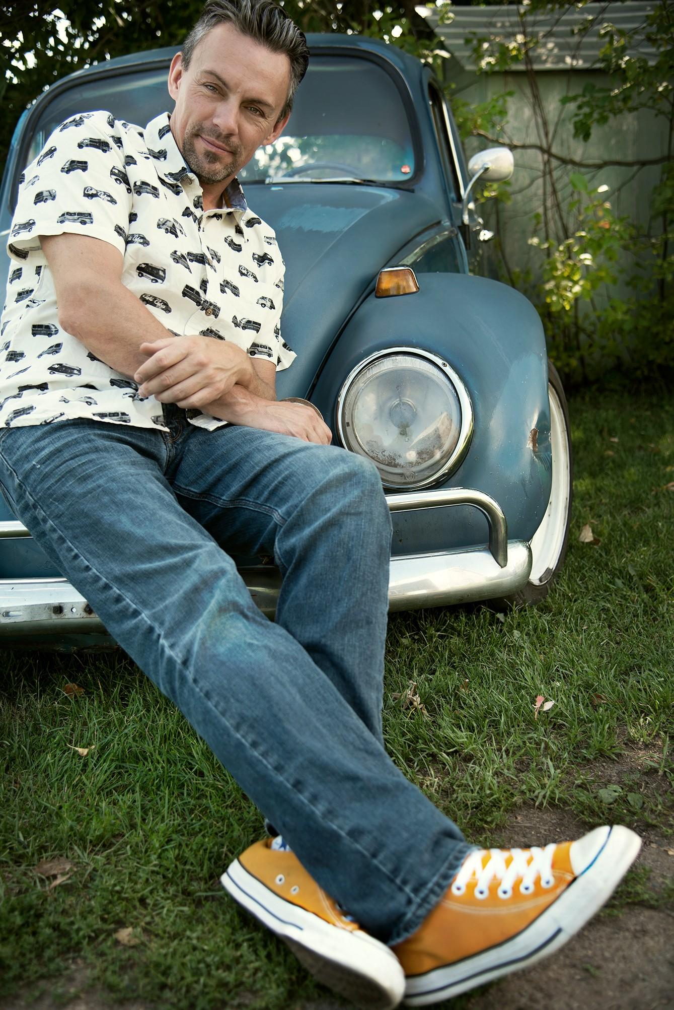 André Bouchard et sa coccinelle Volkswagon / Portrait d'artiste extérieur avec voiture de collection