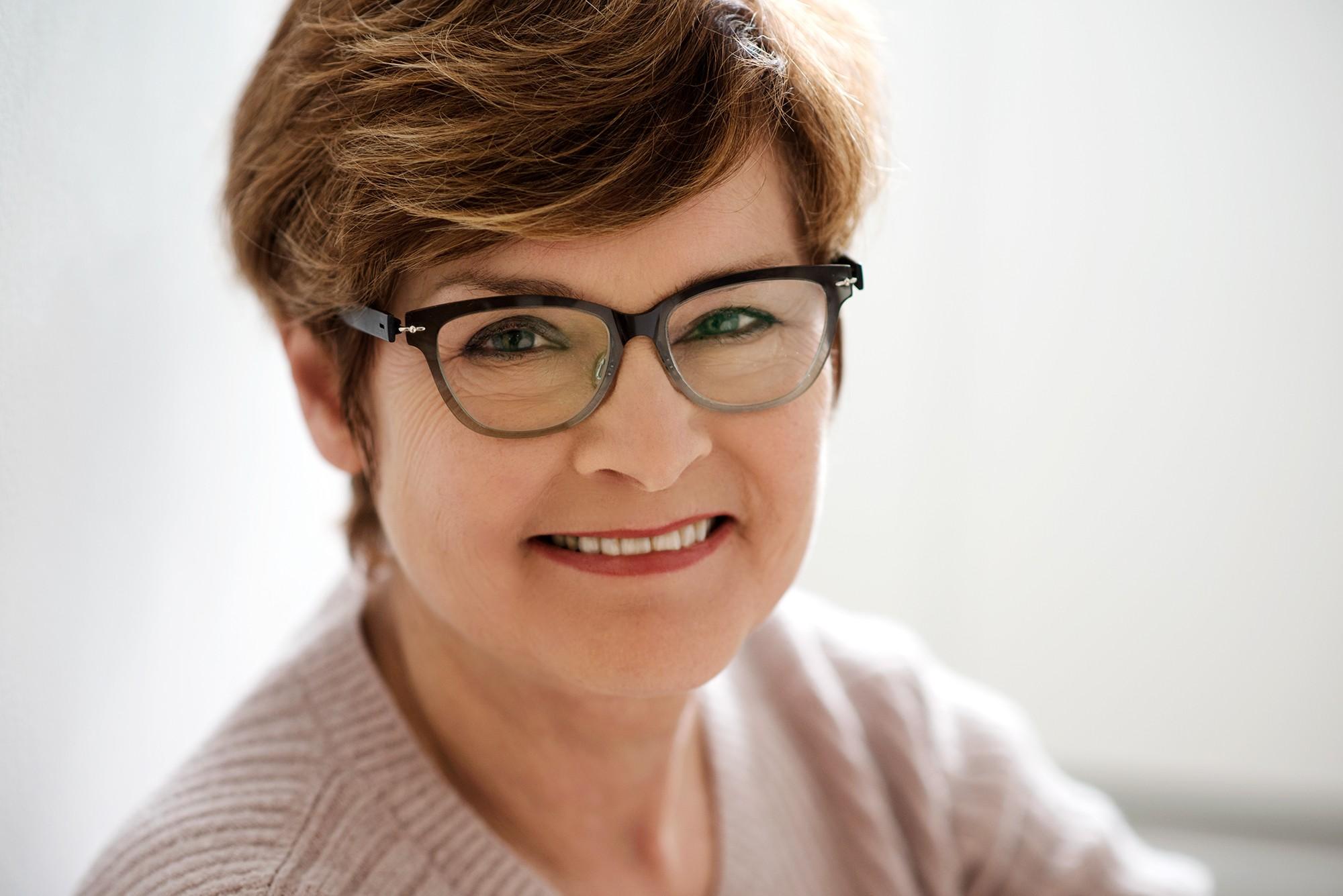 Photo d'une femme mature en lumière naturelle / Portrait éditorial