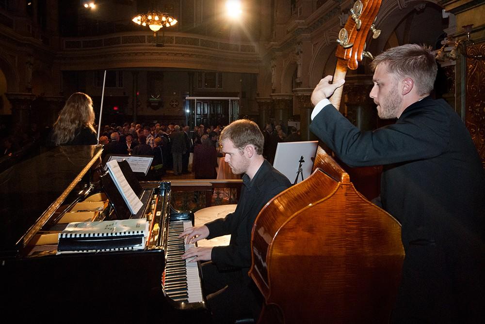 Concert de musique avec piano, violon et contrebasse / photographie d'événement corporatif