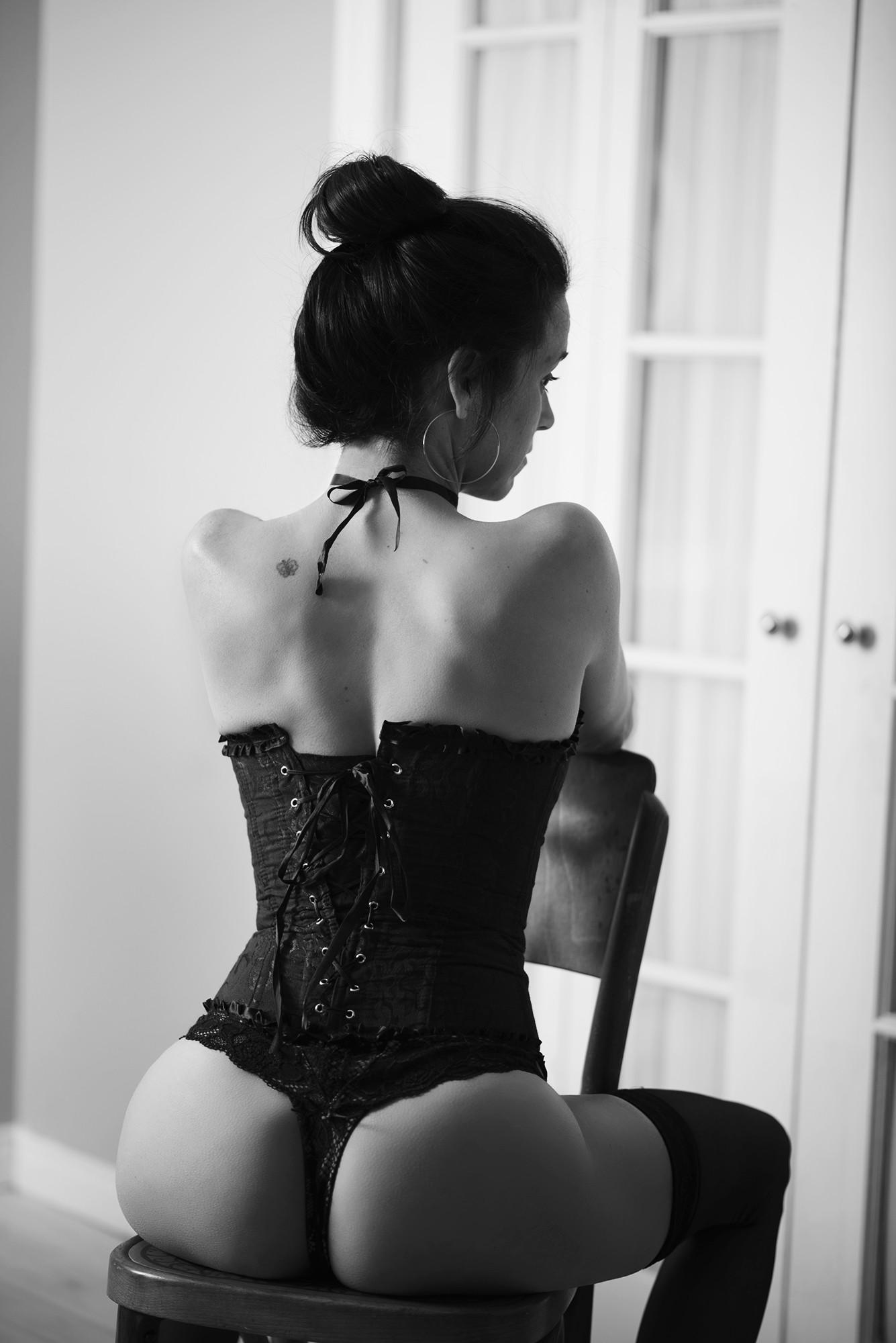 Séance de photographie sensuelle noir et blanc / photo d'une femme portant un corset