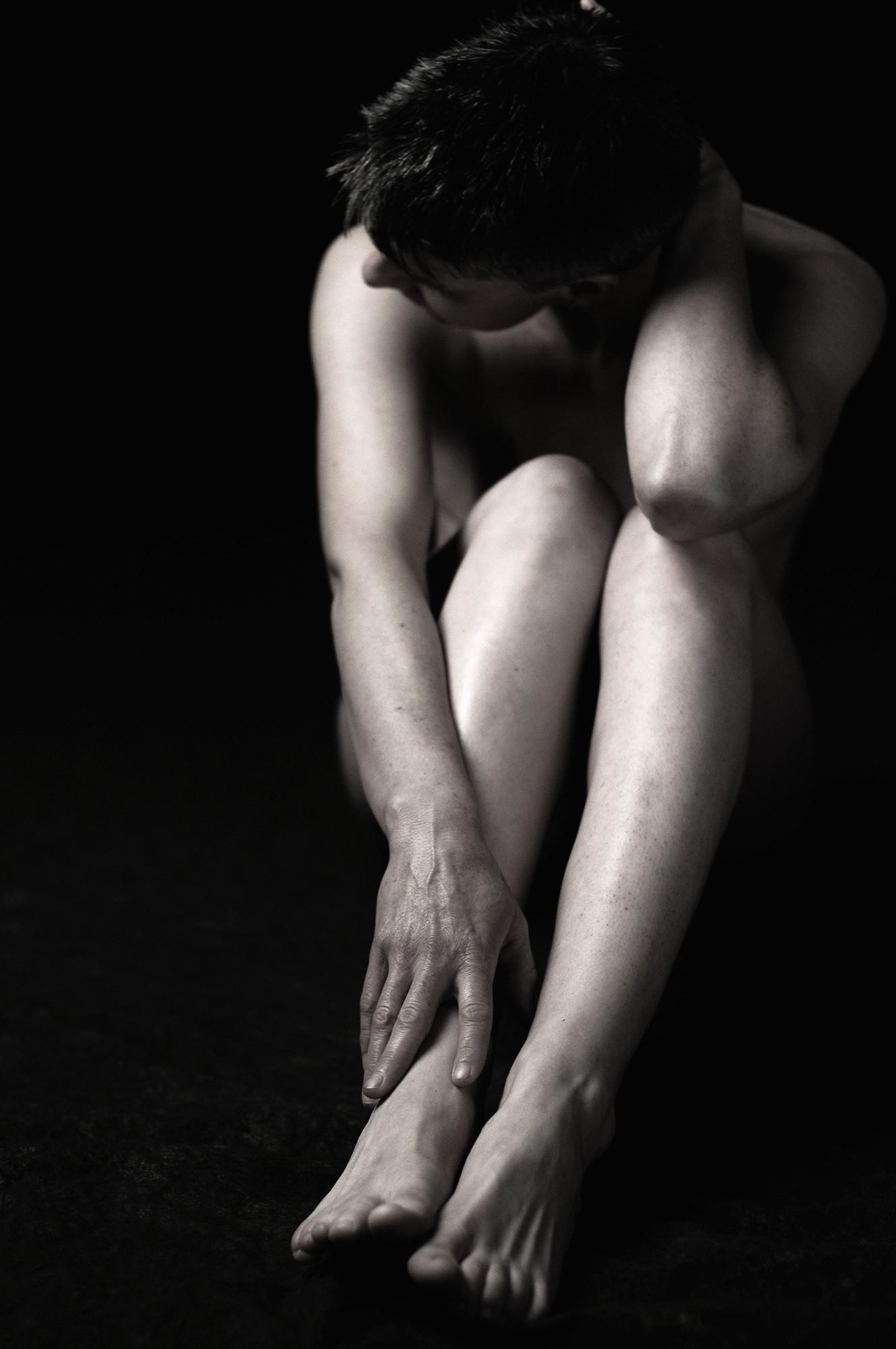 Jambes nues d'une femme / Photographie artistique du nu féminin en noir et blanc