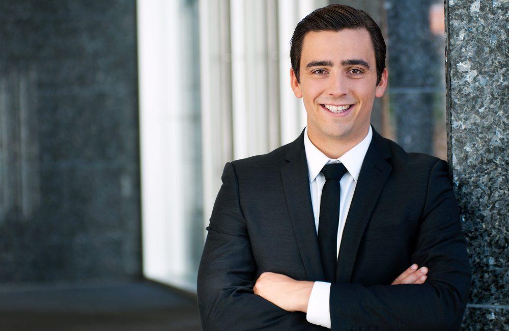 Portrait corporatif homme en complet noir en milieu de travail / Price Waterhouse Coopers