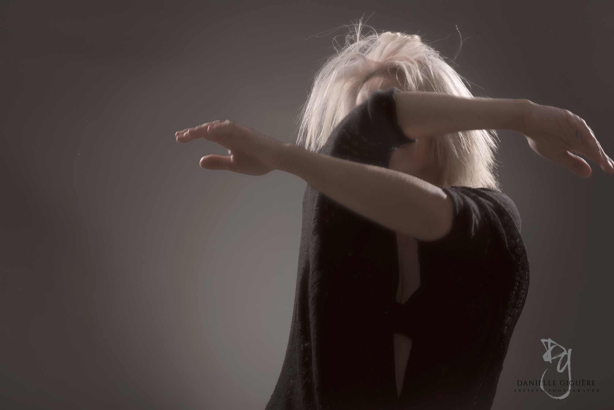 Stacy-Ann Murray qui danse avec ses bras / photographie du corps en studio