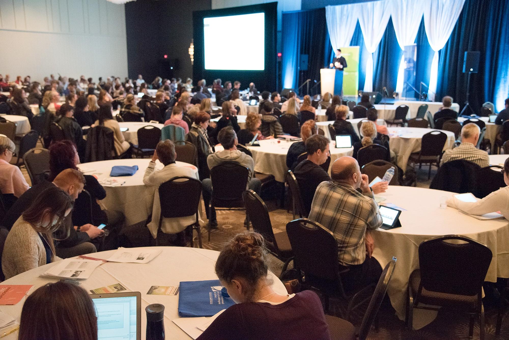Participants dans la salle capté durant un événement corporatif à Québec