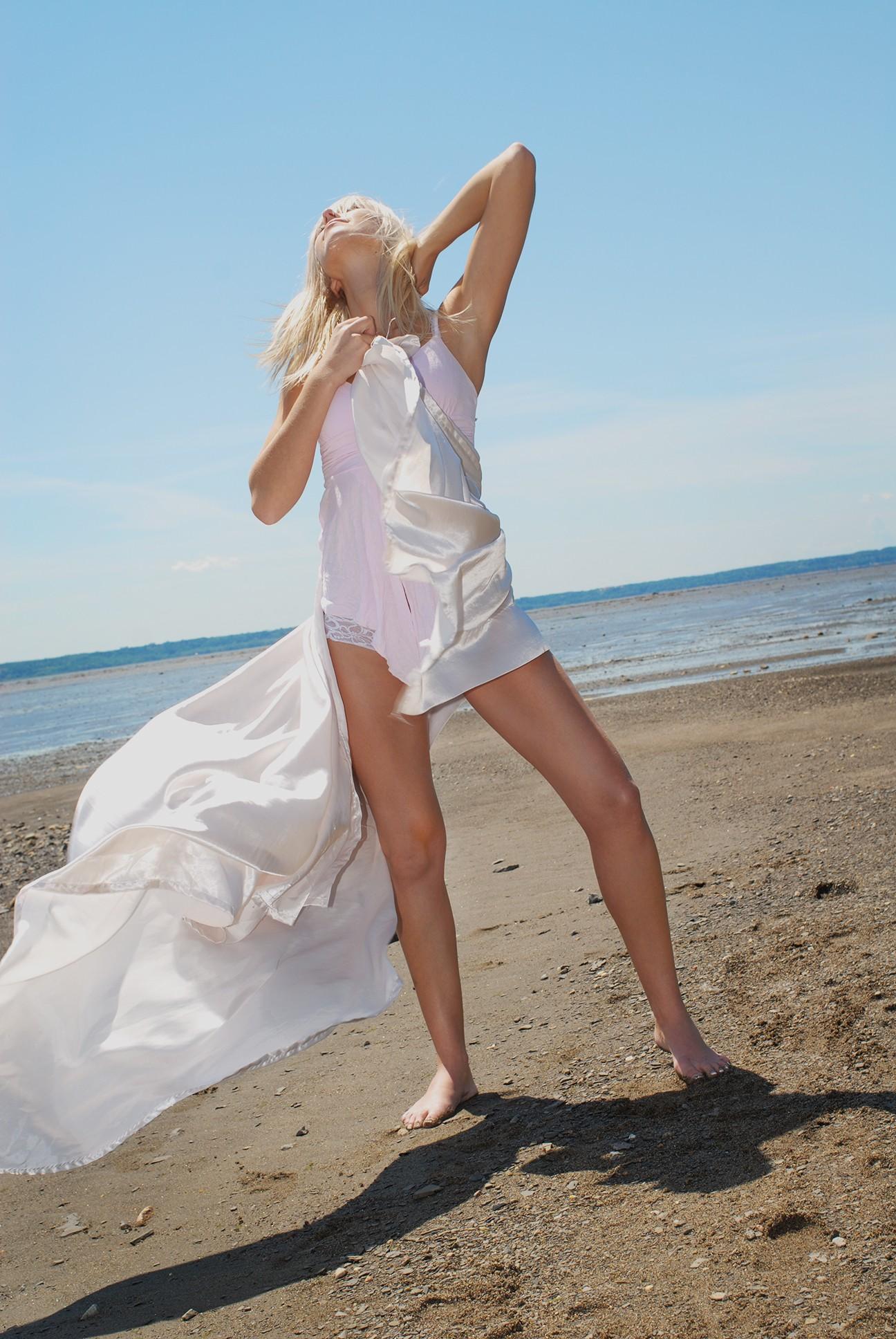 Séance photo d'un mannequin féminin blonde aux longues jambes / portfolio mode et beauté extérieur