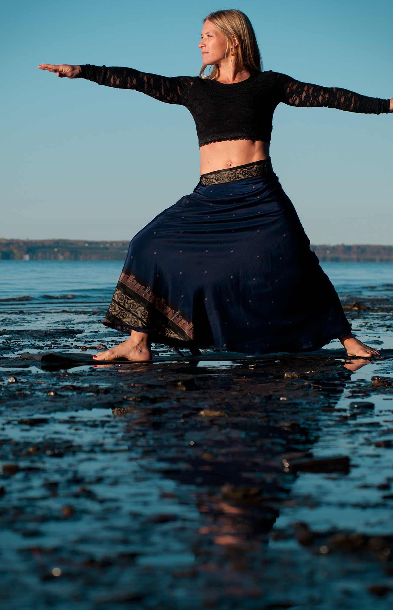 France Girard, professeur de pilates et yoga en pose du guerrier / Studio Ambre-Rebel