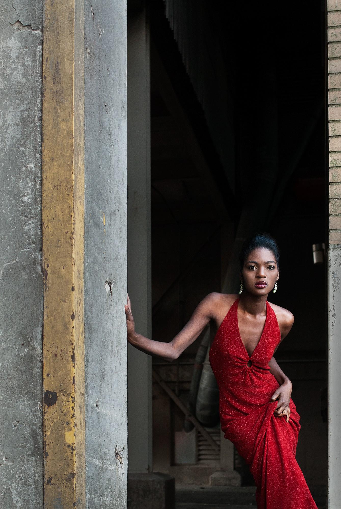 Séance photo de mode dans une décor industriel / Portfolio de mannequin féminin pour agence