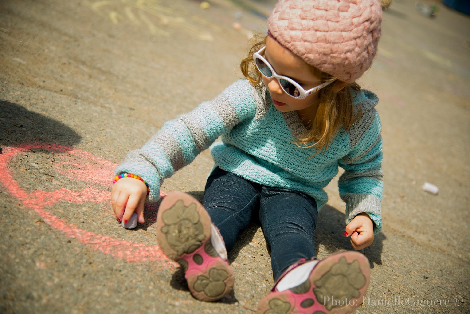 Photo d'une fillette dessinant sur le sol / Photographie éditoriale d'une fête