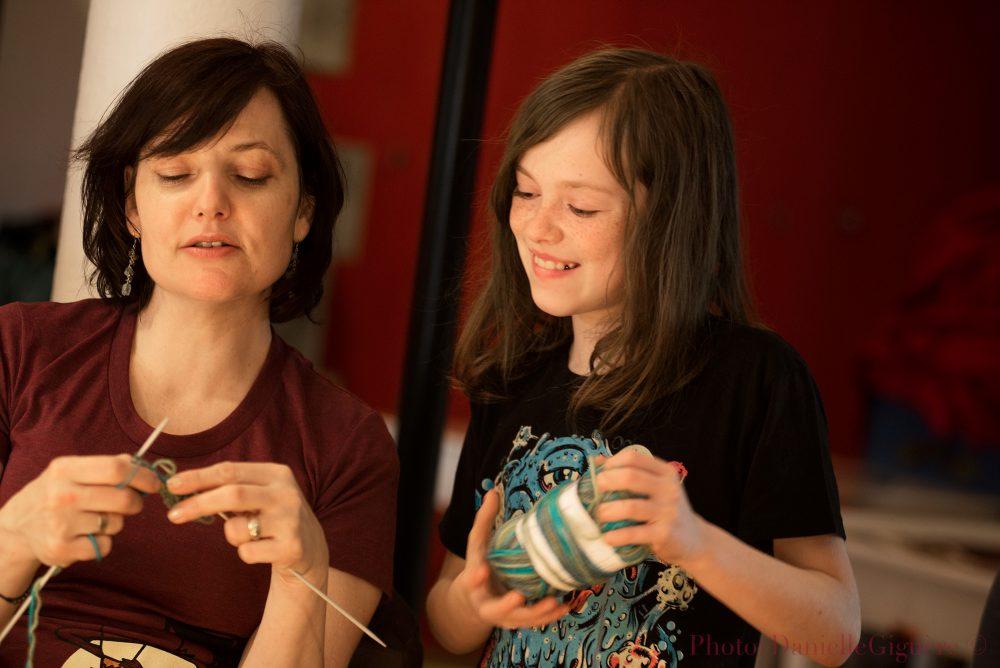 Tricoteuse transmet son savoir à une jeune fille / Événement culturel Café-Tricot à Donnacona