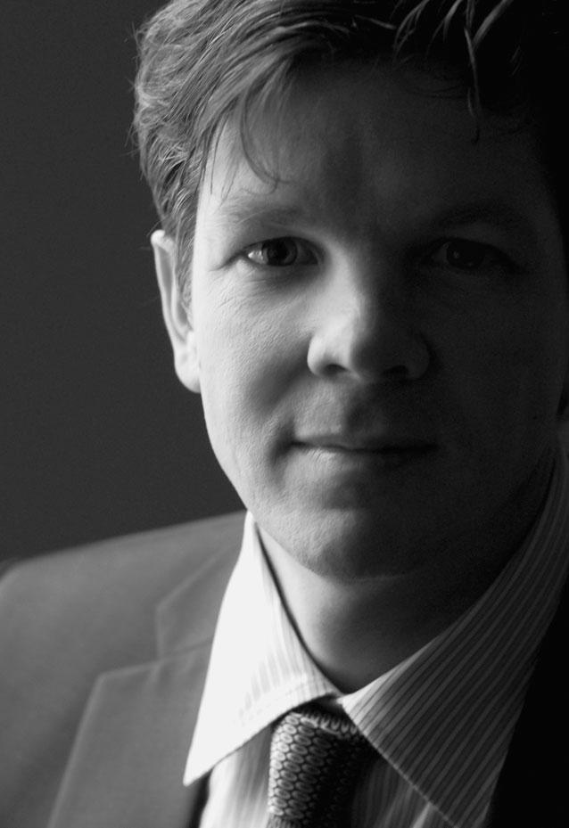 Portrait d'une homme d'affaire en studio / Photographie corporative en noir et blanc