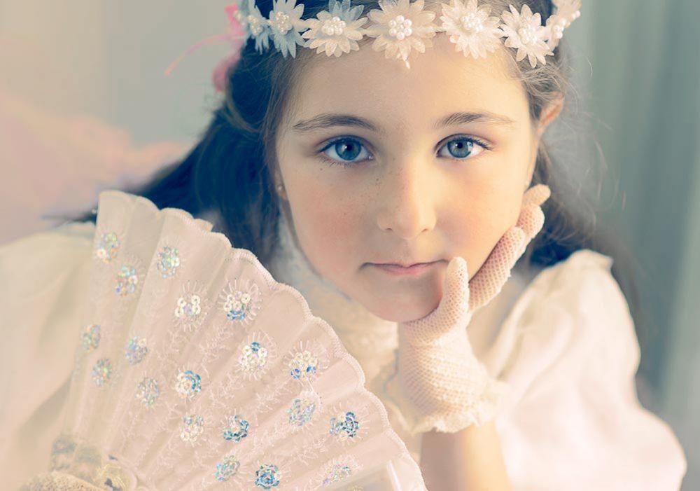 Portrait de la petite Meri en lumière naturelle / Coloration inspirée des anciennes photos noir et blanc colorées à la main