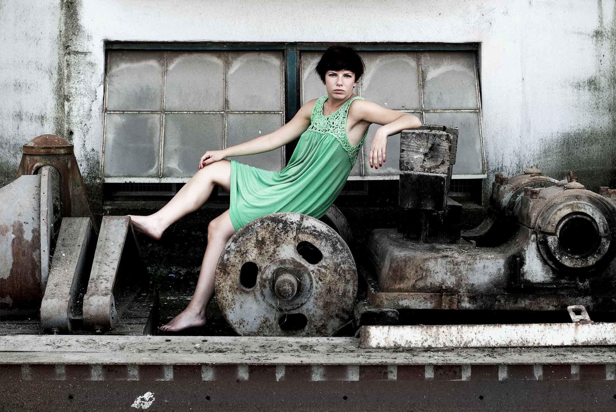 Séance photo thématique dans un décor industriel / Projet artistique de portfolio de mode et de beauté