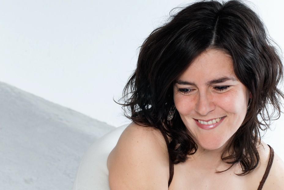Portrait d'une femme souriante et naturelle en studio / Photographie de charme