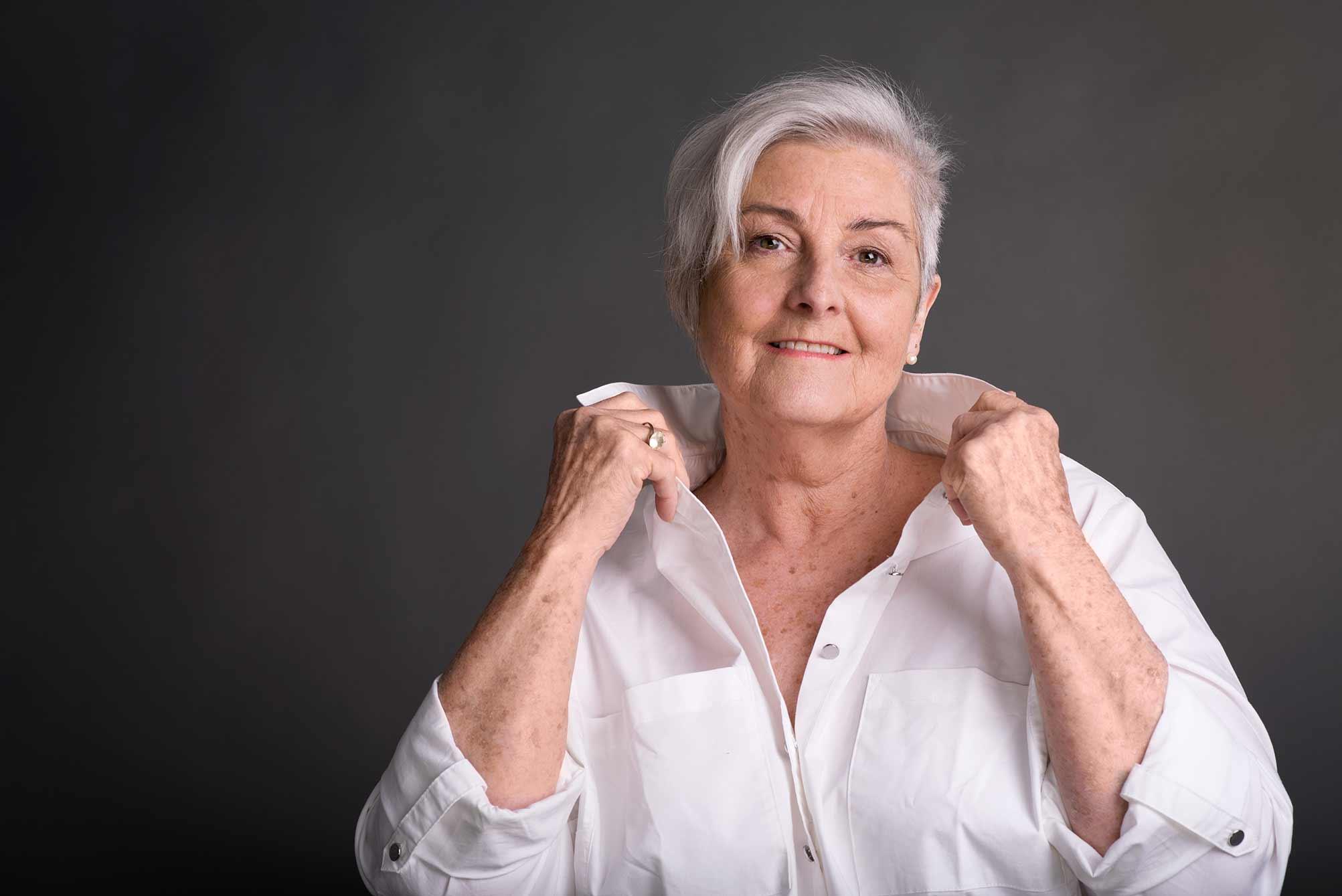 Portrait d'une femme mature aux cheveux courts argents / Séance photo au studio de Donnacona, Portneuf