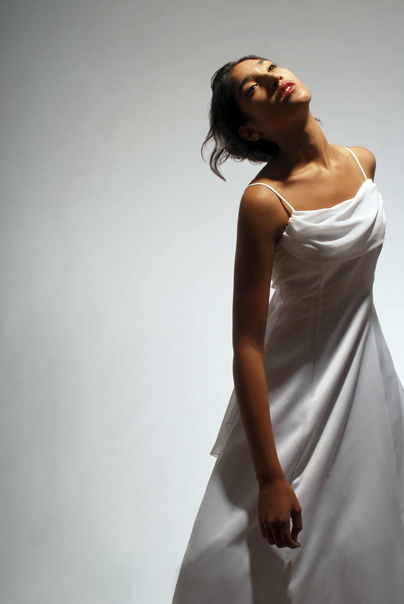 Photographie d'une robe de bal ou de mariée sobre / séance photo de portfolio de mode